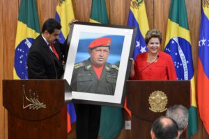 Dilma_Rousseff_receiving_a_Hugo_Ch--vez_picture_from_Nicol--s_Maduro